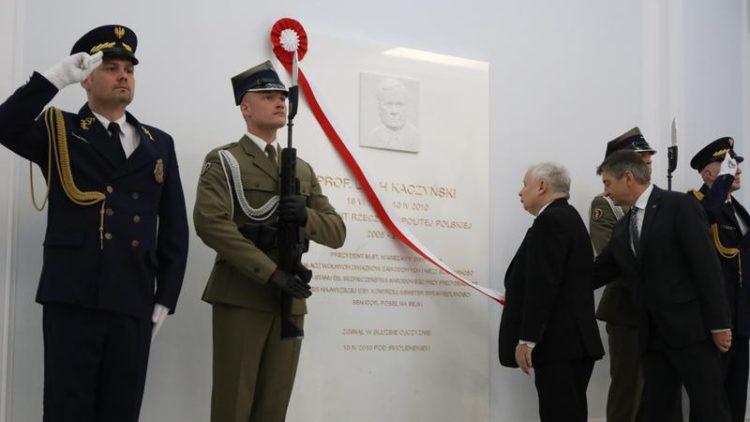 Odsłonięcie tablicy upamiętniającą prezydenta Lecha Kaczyńskiego