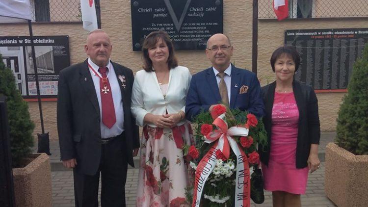 Uroczystości przy tablicy pamiątkowej na murze dawnego obozu internowanych w Strzebielinku