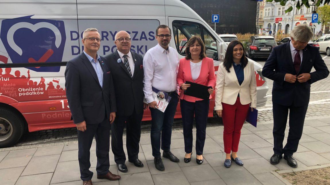 """Prezentacja nowego bilbordu wyborczego """"Zjednoczonej Prawicy"""" w Kartuzach"""