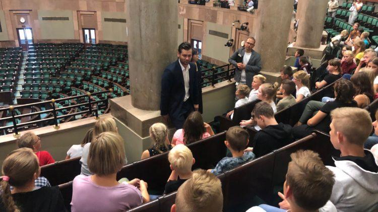 Wycieczka dzieci z Niepoczołowic w Sejmie