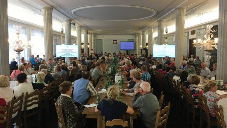 """Konferencja pt. """"Rola organizacji działających na rzecz osób starszych przy realizacji zadań z obszaru polityki senioralnej"""" w gmachu Sejmu."""
